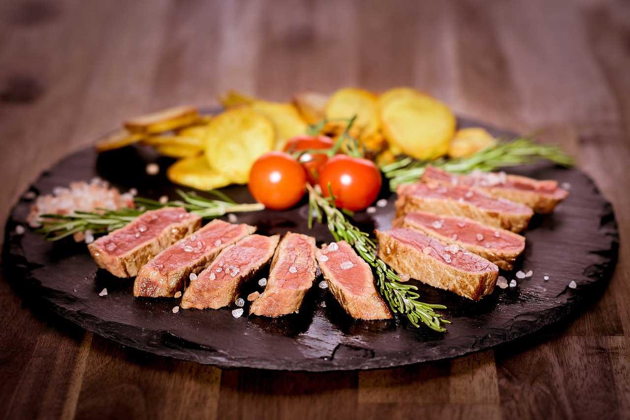 Fleisch ist ein Lebensmittel, welches den Muskelaufbau unterstützt.
