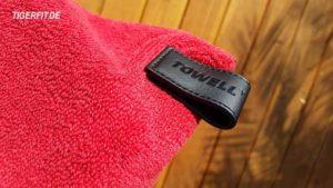 Towell + Der Magnetclip in der Halterungslasche sorgt dafür das man das Sporthandtuch an einem Haken oder aber auch an einer mettalischen Oberfläche aufhängen kann.