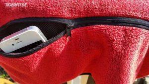 Die nützliche Tasche auf der Rückseite ist via Reissverschluss verschliessbar. Der schnelle Zugriff auf das Handy ist ohne weiteres möglich.